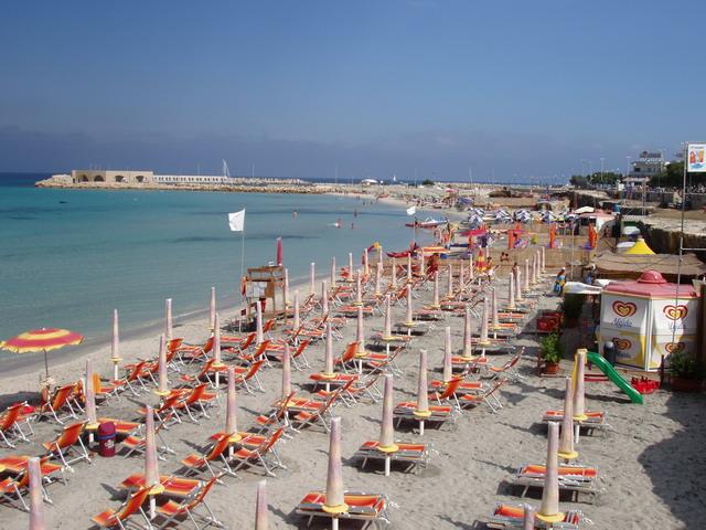 Ampie spiagge di sabbia bianca, si alternano tratti di spiaggia libera a tratti di spiaggia attrezzata, fondale basso.