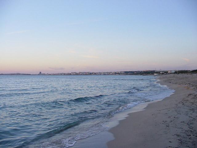 Il tratto di costa in localita' Baia Verde e' caratterizzato dal mare cristallino delle finissime spiagge e, la sera, tutta la zona e' animata dai vari locali dislocati su tutto il litorale.