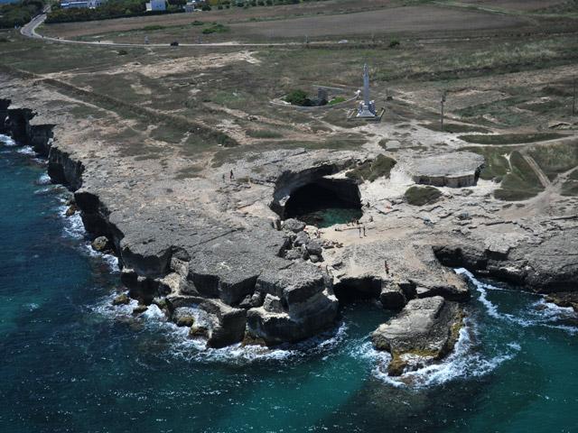Roca Vecchia e' bagnata dal sul Mare Adriatico, posta tra San Foca e Torre dell'Orso.