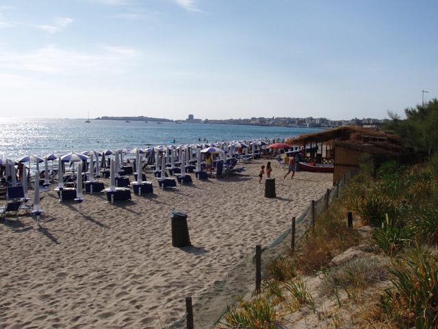 La zona residenziale Baia Verde di Gallipoli e' situata a Sud dal centro di Gallipoli e offre la maggiore concentrazione di locali e strutture balneari di tutta la costa gallipolina.