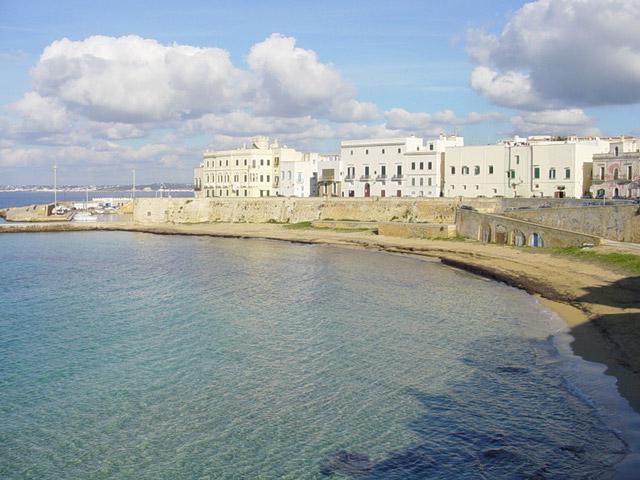 In qualsiasi zona di Gallipoli il mare e' meraviglioso, turchese, cristallino e di una trasparenza straordinaria, soprattutto a ridosso dei litorali rocciosi.