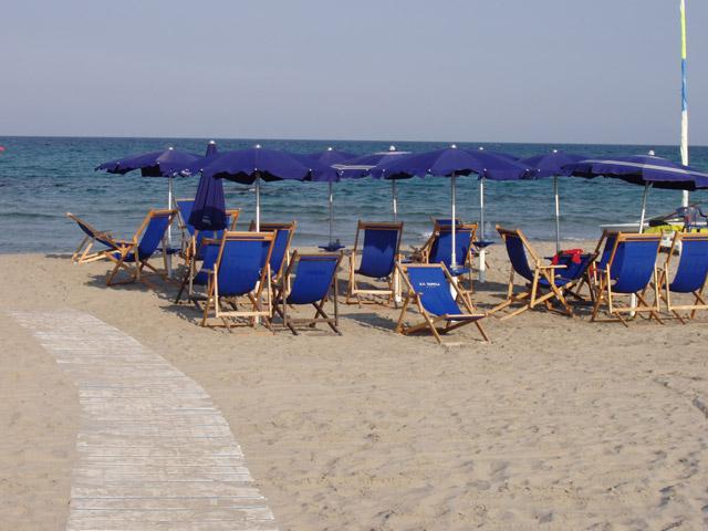 Le spiagge degli Alimini si estendono per un lungo tratto di costa. Si alternano lidi organizzati a tratti di spiaggia libera.