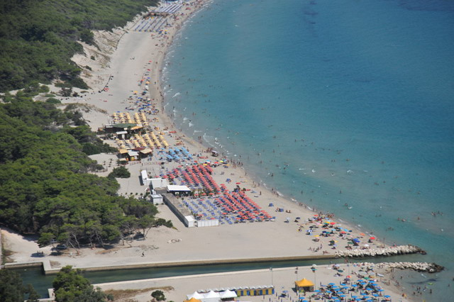 Ad Otranto vi e' una localita' chiamata LAGHI ALIMINI, lunga distesa di sabbia, dove sono presenti tratti di costa con spiaggia libera, alternati a lidi attrezzati.