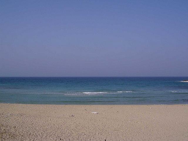 La costa di Marina di Leporano e' tutta caratterizzata dalla presenza di roccia, tranne per le tre piccole interruzioni sabbiose delle spiagge e lidi di Porto Pirrone, Gandoli e Saturo Canneto.