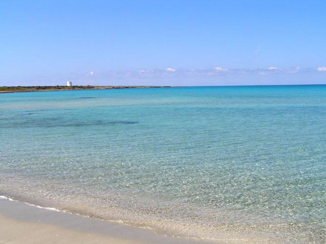 Lido Pizzo si snoda verso nord fino a incontrare l'altrettanto rinomata Punta della Suina, mentre verso sud, s'intreccia con la Marina di Mancaversa.
