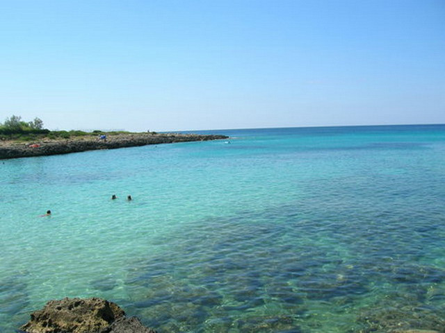 Marina di Pulsano e' il luogo ideale per una vacanza all'insegna di tanto relax, sole, divertimento. La localita' offre un'incantevole spiaggia di sabbia bianca e finissima, mare azzurro limpido e cristallino e fondali bassi e sabbiosi.