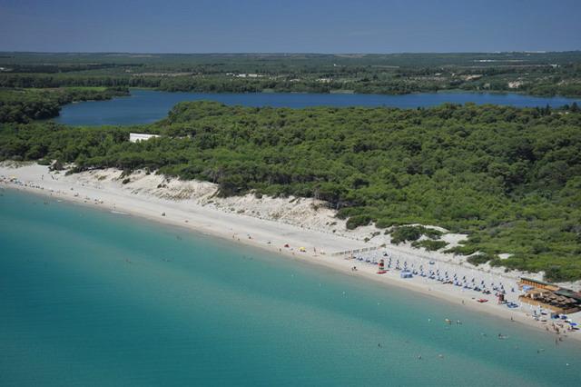 Nel tratto a nord di Otranto si incontrano spiagge basse e sabbiose bagnate da un mare limpido e di un colore azzurro intenso. Particolarmente interessante e' la zona dei due bacini, i laghi Alimini.