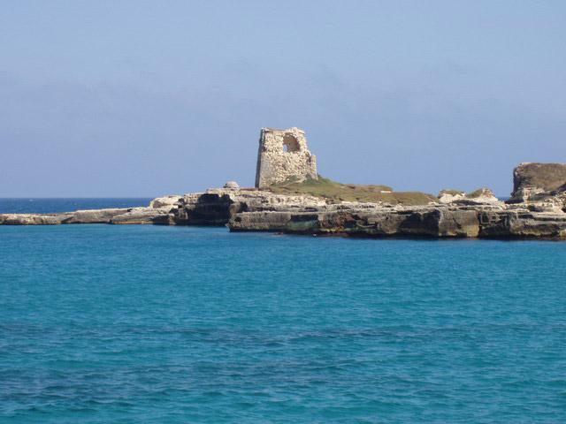 Roca Vecchia o Roca Li Posti e' prevalentemente rocciosa, la scogliera e' di media altezza e di facile accesso, in molti i punti si trovano delle scale naturali, scavate nella roccia che permettono di accedere ad un mare color blu e verde.