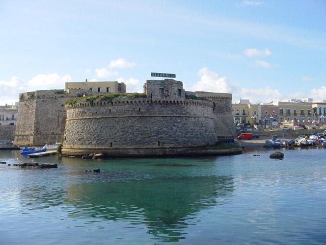 Il Castello angioino di Gallipoli si erge con la sua imponente mole all'estremita' orientale dell'isola che ospita il borgo antico ed e' circondato quasi completamente dal mare.