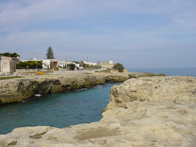 Gli anfratti riparano da ogni tipo di vento, le acque spesso sono calme e trasparenti. Roca Vecchia - Salento