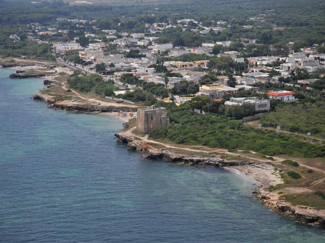 La costa di Torre Specchia Ruggeri e' composta da tratti di sabbia fine e altri costituiti da scogliera.