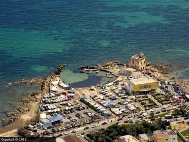 Casalabate e' un piccolo borgo di pescatori e stabilimenti balneari, che nel periodo estivo si trasforma in luogo di villeggiatura.