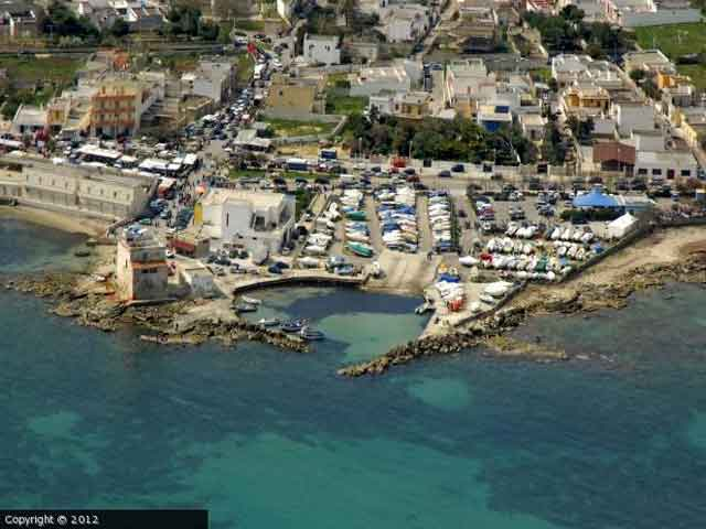 La costa di Casalabate ha una lunghezza di circa 2 km, con ampie spiagge  e basse scogliere.