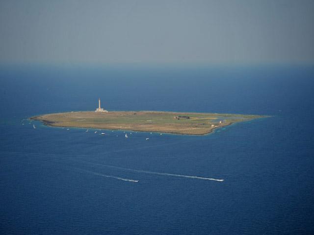 A poca distanza da Gallipoli emerge l'isola di Sant'Andrea su cui sorge il Faro di Sant'Andrea.