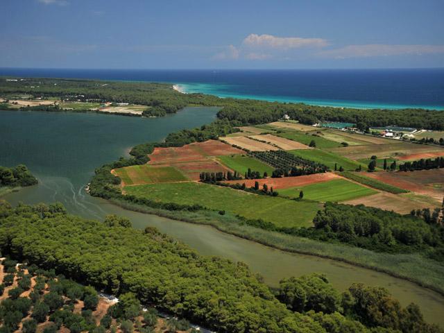Alimini Grande e Alimini Piccolo sono due laghi situati a nord della citta' di Otranto, in provincia di Lecce, facenti parte dell'Oasi protetta dei Laghi Alimini.