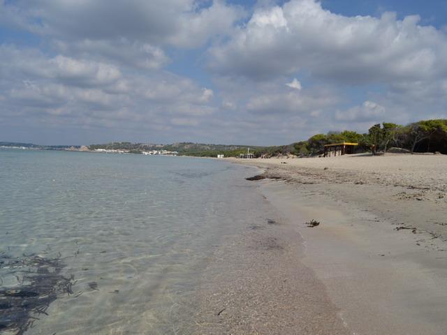 Rivabella a nord di Gallipoli, meta ideale per trascorrere le vacanze, mare cristallino e spiagge lunghe di sabbia bianca, dove sorgono stabilimenti balneari dotati di tutte le comodita' che i bagnanti possano desiderare