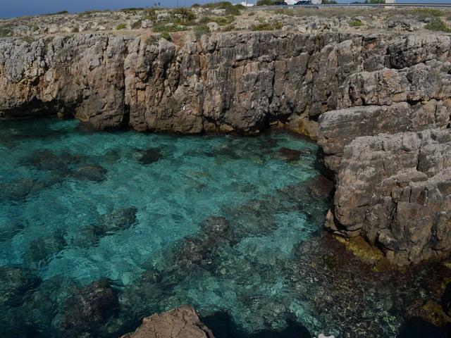 Posto Rosso piccolissimo centro balneare della costa Ionica, lontano dai rinominati centri del turismo di massa, offre tratti di costa ancora incontaminati, caretterizzati da scogliera bassa facilmente praticabili, acqua limpida e cristallina.