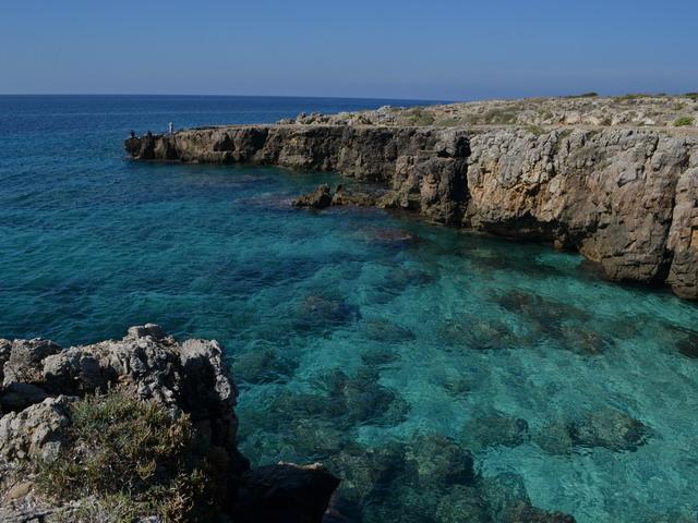 Fantastica vista di un tratto del litorale di Posto Rosso, una splendida fusione di colori tra mare e cielo.