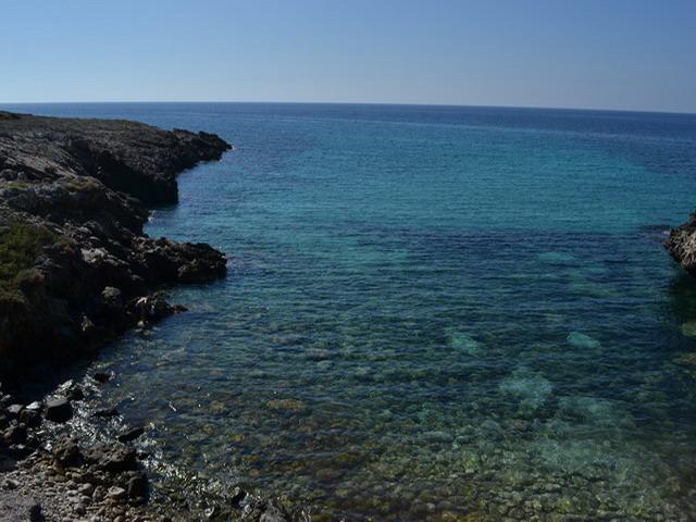 Le spiagge di Capilungo sono rocciose ed immerse nel verde. Gli scogli che la compongono si alternano in tratti alti che cadono a picco nel mare e scogli bassi e piani che sono di facile accesso per la balneazione.