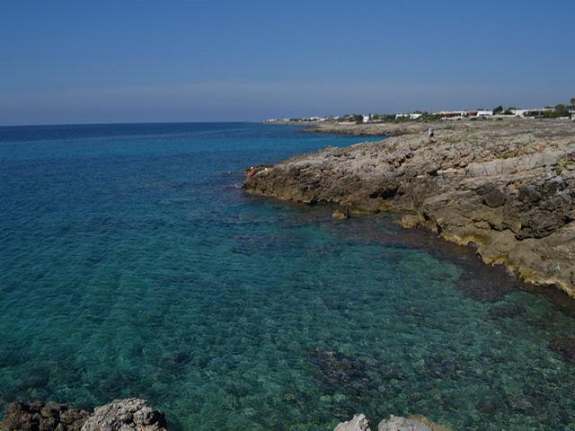 Capilungo e' una localita' esclusivamente turistica che si e' sviluppata soprattutto negli ultimi anni. La costa si presenta con una bassa scogliera facilmente praticabile e ricca di insenature.