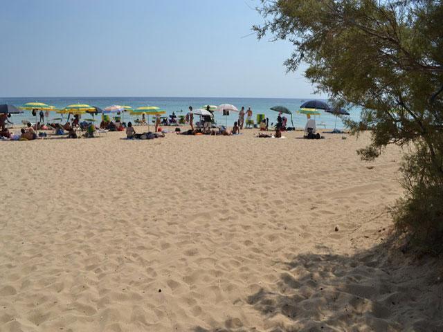 Torre Vado presenta una costa frastagliata e rocciosa, con intervalli di lunghe distese di sabbia dorata, bagnata dalle acque limpissime del Mar Ionio.