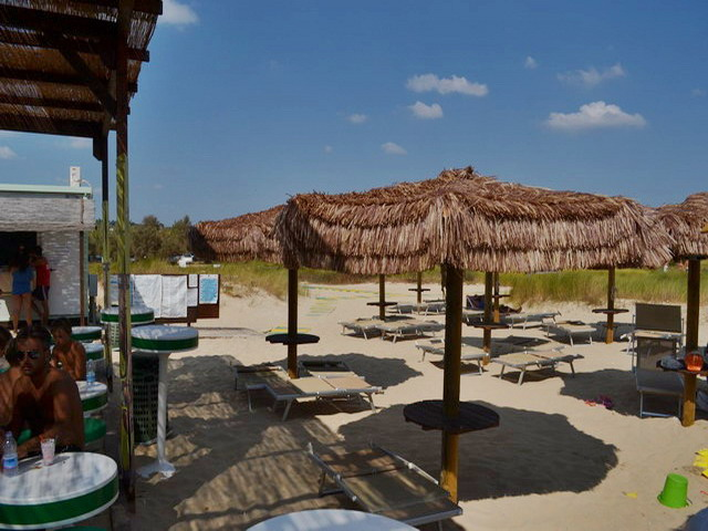 Il litorale e' basso e sabbioso, caratterizzato dalla presenza di dune retrostanti. La particolarita' della spiaggia e' quella di presentare una sabbia finissima e molto chiara, la piu' fine del Salento.