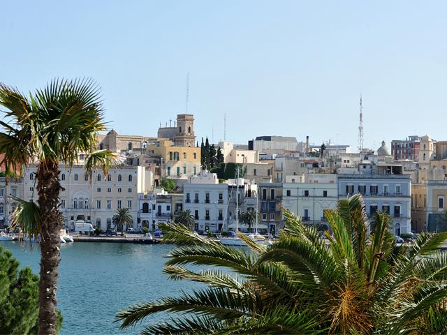 Brindisi, citta' della Puglia, e' situata su un piccolo promontorio all'interno di un'insenatura che si ramifica in due bracci di mare (Seno di Levante e Seno di Ponente), comunicanti con il mare Adriatico mediante il canale Pigonati.