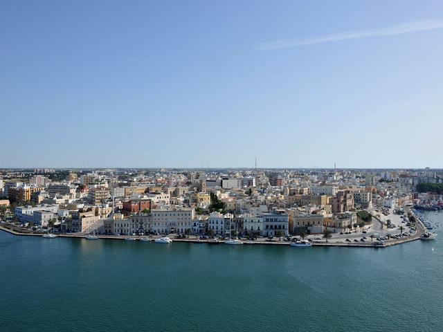 Veduta dall'alto di Brindisi. Il nome della citta', in latino Brundisium, fa riferimento alla forma del Porto, che richiama il disegno  della testa di un cervo.