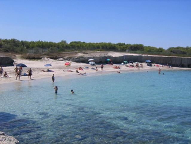 Torre Specchia Ruggeri rappresenta una localita' balneare adatta per chi cerca pace e relax, lontano dal trambusto dei luoghi affollati. Ad 1 Km circa da Torre Specchia si trova l'oasi naturalistica delle Cesine.
