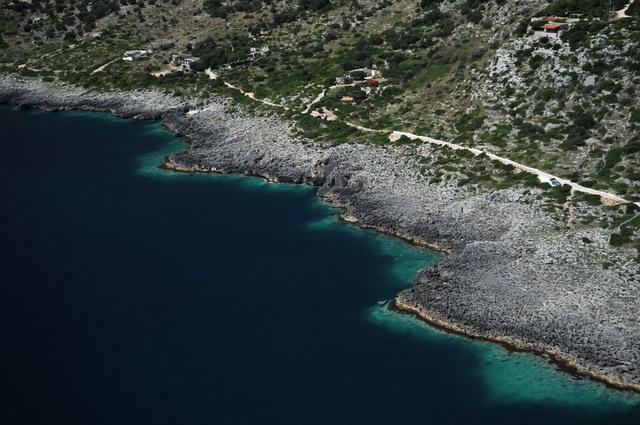 Il litorale roccioso favorisce la presenza di grotte e calette naturali, molto suggestive sia da un punto di vista panoramico e naturalistico che per gli amanti della pesca e delle escursioni speleologiche.