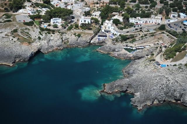 La costa di Marina di Novaglie e' rocciosa e frastagliata, articolata da una serie di meravigliose grotte naturali. Presenza di un paesaggio caratterizzato da una rigogliosa vegetazione tipicamente mediterranea.