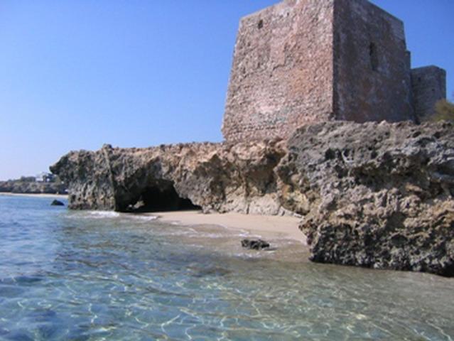 Torre Specchia Ruggeri, prende il nome dalla torre a base quadrata che fu costruita nel 1568 a difesa del territorio, contro pirati e invasori saraceni che infestavano la zona e minacciavano l'entroterra dal mare.