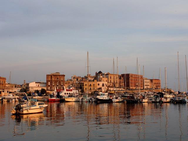 Taranto capoluogo di provincia in Puglia, si estende tra due mari: il Mar Grande ed il Mar Piccolo.