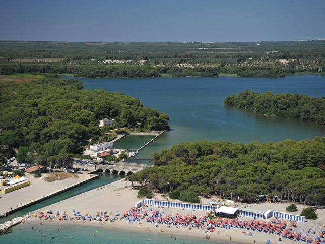 Il tratto di costa Alimini e' caratterizzato da lunghe distese di sabbia dorata.
