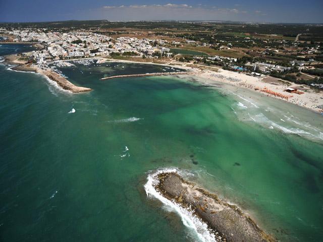 Torre San Giovanni offre ampie spiagge di sabbia bianca e fine, numerose isolette a pochi metri dalla costa, un mare cristallino dai ricchi fondali di fauna e flora marina, e una folta fascia di pineta con una grande varieta' di piante della macchia