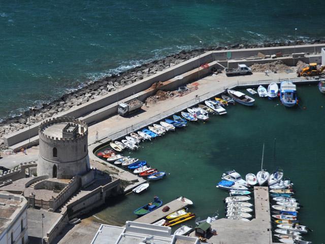 Il Porto Turistico ha una capienza di circa 200 posti barca con possibilita' di ormeggio per una lunghezza massima di 10 metri.