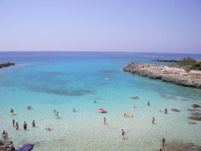 L'animato centro turistico di Marina di Pulsano, sulla litoranea Salentina, vanta la presenza di un mare pulito, limpido e cristallino, con fondali bassi.