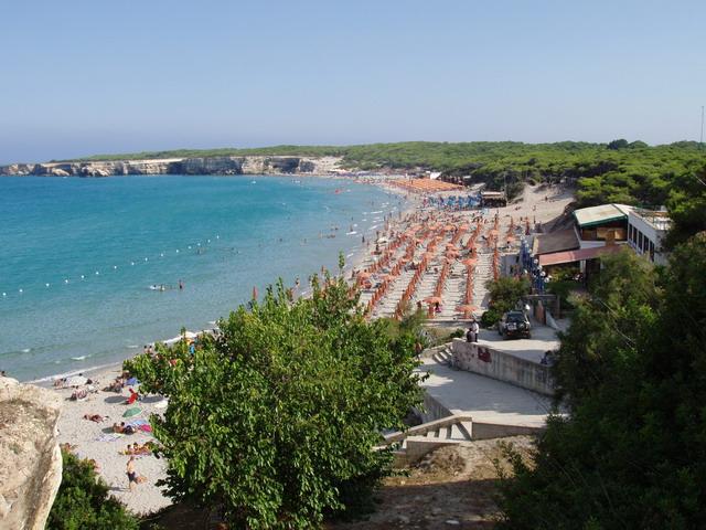 Torre dell'Orso possiede un'ampia spiaggia di finissima sabbia color oro, vanta un mare particolarmente limpido. Premiata piu' volte con la Bandiera Blu d'Europa per la trasparenza e la pulizia del mare.