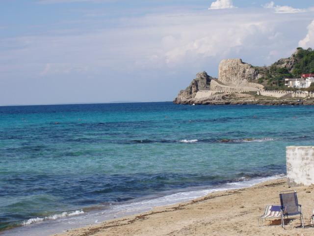 Lido Conchiglie e' collocata sulla costa ionica tra Santa Maria al Bagno e Rivabella e sorge ai piedi di un alto costone roccioso.