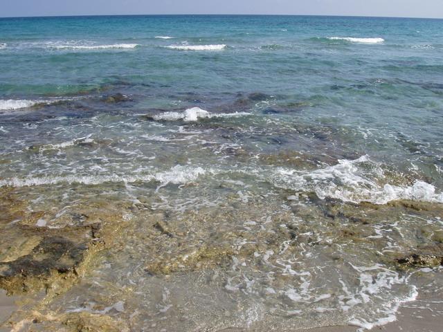 Frassanito presenta lunghe distese di sabbia con splendide dune alle spalle, salvo alcuni brevi tratti in cui sono presenti degli scogli bassi a filo d'acqua.