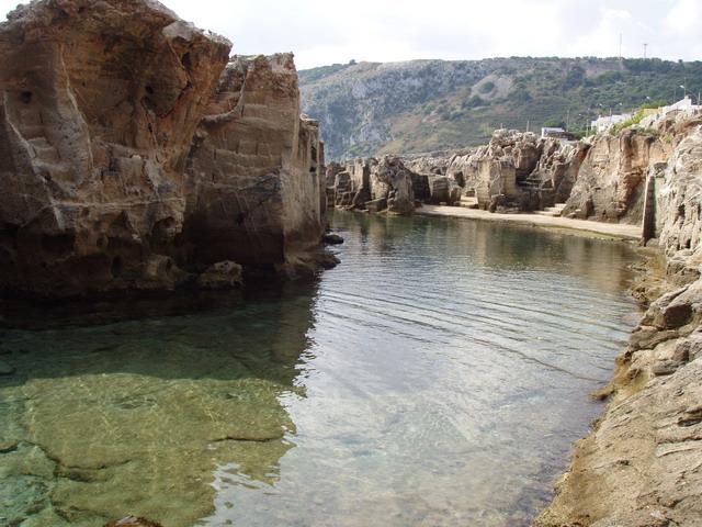 Il paesaggio di Marina Serra e' caratterizzato dalla presenza di scogliere, insenature, vegetazione mediterranea e mare trasparente.
