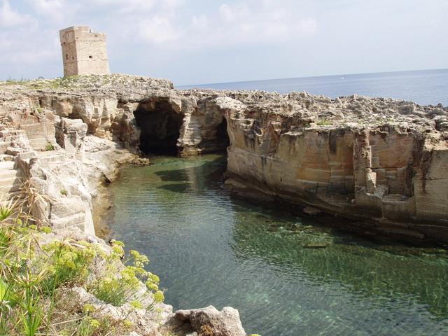 Siti importanti e interessanti da visitare a Marina Serra sono il Promontorio di Calino, sul quale e' consigliabile e suggestivo fermarsi ad ammirare il rinomato Belvedere; la Grotta Matrona e la Grotta Palane.