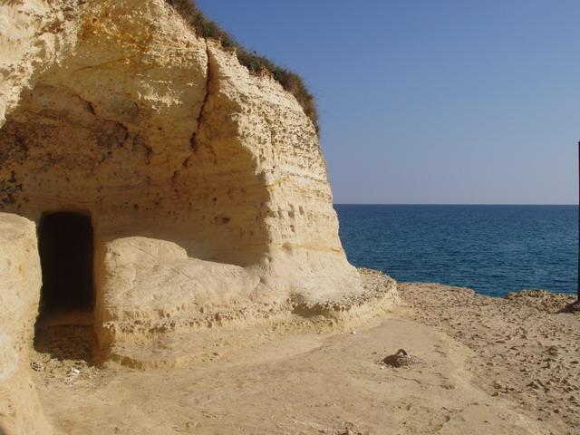 La costa, su cui si apre anche un porticciolo, si presenta molto frastagliata, con faraglioni, anfratti, piccole grotte: il luogo si presenta cosi' al viaggiatore con uno scenario pittorico e caratteristico, difficilmente paragonabile a quello di alt