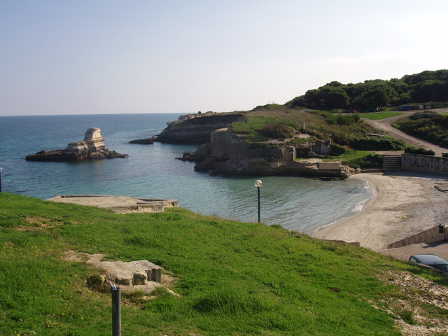 L'erosione del mare ha creato in questo tratto di costa un paesaggio fantastico, prevalentemente roccioso, ma in corrispondenza del piccolo centro, c'è un'insenatura a caletta di sabbia con fondale basso.