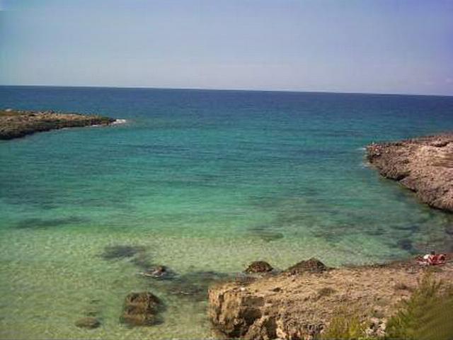 Marina di Leporano si trova sulla litoranea salentina ed e' un susseguirsi di piccole baie di sabbia dorata finissima e mare limpido, con tratti di costa rocciosa e un mare da favola.