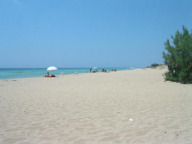 La spiaggia a Torre Vado offre un'affascinate contrasto tra il bianco della sabbia e l'intenso colore blu del mare.