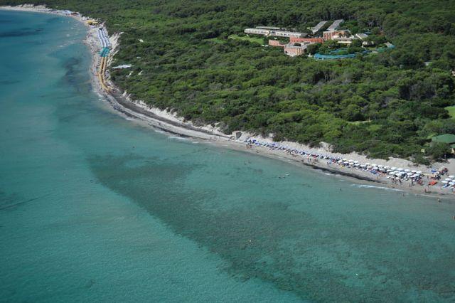 Il litorale degli Alimini e' sabbioso, ampio e lungo, con una fitta macchia a mirto, alloro e ginepro e una profumata pineta piu' all'interno.
