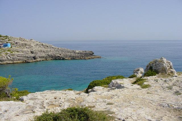 Marina di Novaglie e' una delle zone del Salento rimaste incontaminate, come dimostra il suo mare limpido e cristallino, la folta macchia mediterranea e le bellissime grotte naturali.