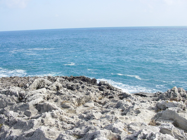 Il mare di Marina Serra e' caratterizzato prevalentemente da scogli alti con acqua limpida e cristallina. Marina Serra, viene riconosciuta anche come la localita' dal mare pulito e acque trasparenti.