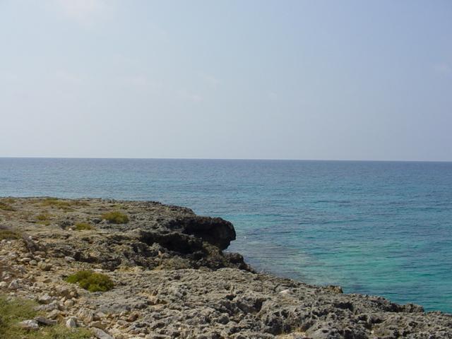 Marina di Mancaversa presenta una costa prevalentemente rocciosa e lunga circa 900 metri.